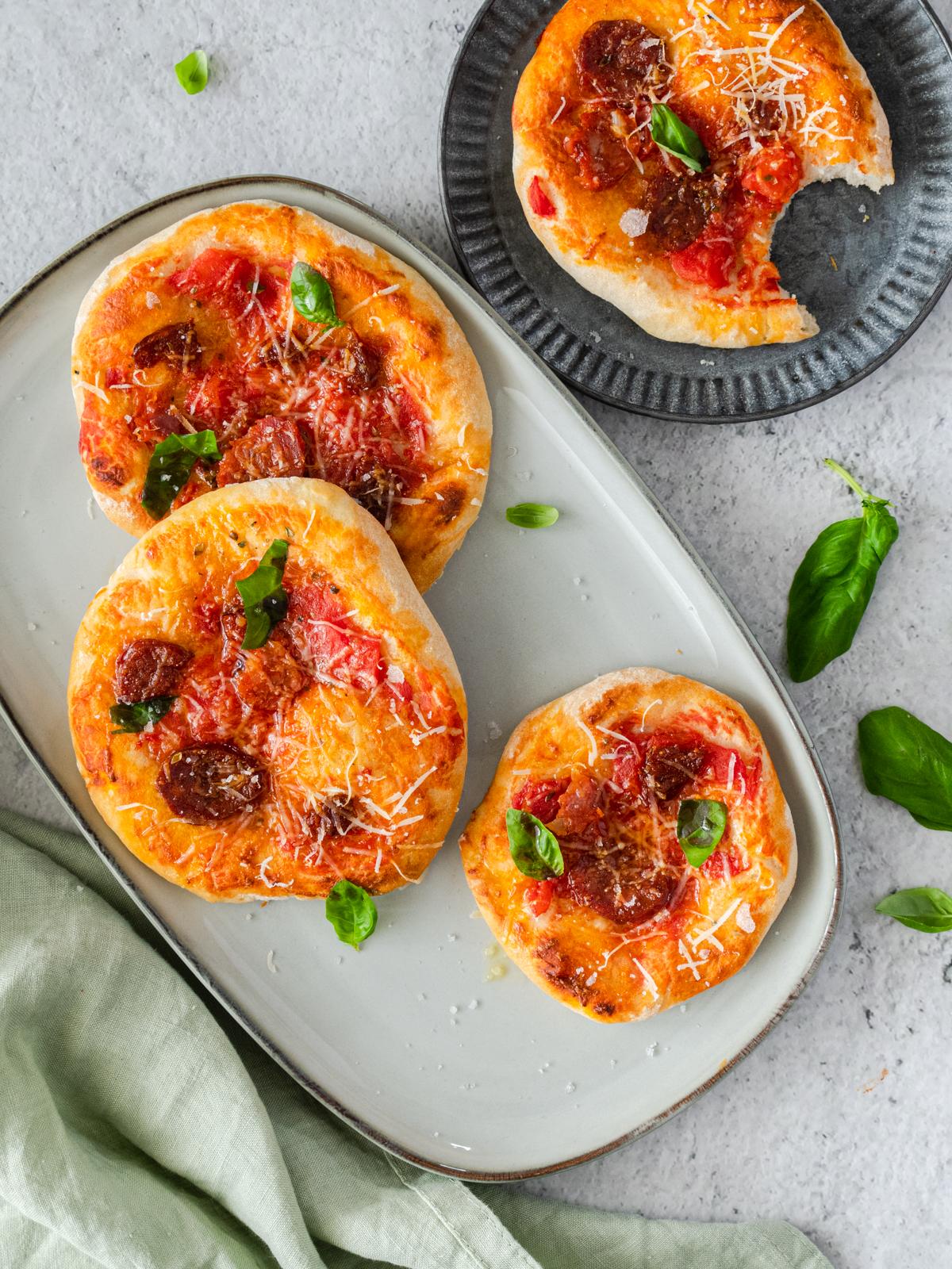 Brze pizzete s kobasicom i tvrdim sirom