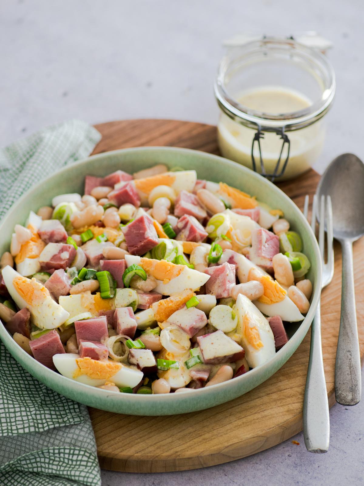 Salata od šunke, jaja i graha s preljevom od hrena